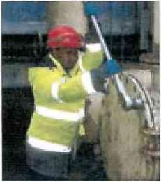 Samuel Tesfay Uqar bei Instandhaltungsarbeiten auf dem Rübenhof